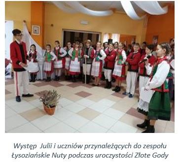Występ  Julii i uczniów przynależących do zespołu Łysoziańskie Nuty podczas uroczystości Złote Gody